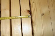Sachverständiger beurteilt Qualität der Holzoberfläche - KVH mit Ast